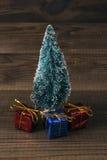 Μικροσκοπικό χριστουγεννιάτικο δέντρο με τα μίνι δώρα Στοκ εικόνα με δικαίωμα ελεύθερης χρήσης