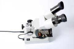 Μικροσκόπιο και σκληρός δίσκος, αποκατάσταση δίσκων Στοκ Φωτογραφία