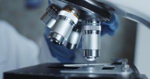 Μικροσκόπιο με το φακό μετάλλων στο εργαστήριο φιλμ μικρού μήκους