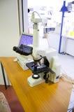 Μικροσκόπιο που αναλύει τα κύτταρα Στοκ Εικόνες