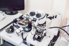 Μικροσκόπιο που χρησιμοποιείται μεταλλογραφικό για το investigatio επιφάνειας metall ` s Στοκ Φωτογραφία
