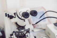 Μικροσκόπιο που χρησιμοποιείται μεταλλογραφικό για το investigatio επιφάνειας metall ` s Στοκ φωτογραφίες με δικαίωμα ελεύθερης χρήσης