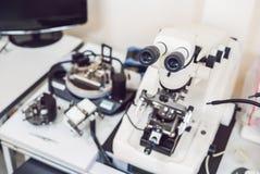 Μικροσκόπιο που χρησιμοποιείται μεταλλογραφικό για το investigatio επιφάνειας metall ` s Στοκ Εικόνες
