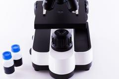 Μικροσκόπιο στην άσπρη ανασκόπηση Στοκ φωτογραφία με δικαίωμα ελεύθερης χρήσης