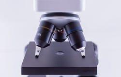 Μικροσκόπιο στην άσπρη ανασκόπηση Στοκ Φωτογραφία