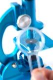 Μικροσκόπιο στην άσπρη κινηματογράφηση σε πρώτο πλάνο υποβάθρου στοκ εικόνες