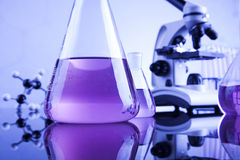 Μικροσκόπιο στο ιατρικό εργαστήριο, έρευνα και πείραμα Στοκ Φωτογραφίες