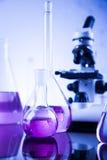 Μικροσκόπιο στο ιατρικό εργαστήριο, έρευνα και πείραμα Στοκ Εικόνες