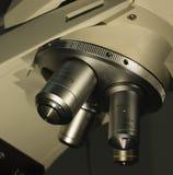 μικροσκόπιο φακών scienctific Στοκ φωτογραφία με δικαίωμα ελεύθερης χρήσης