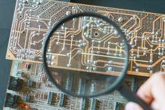 Μικροϋπολογιστής ή νανο ηλεκτρονική έννοια πινάκων reapir, ενίσχυση λαβής χεριών - γυαλί φ στοκ εικόνα με δικαίωμα ελεύθερης χρήσης