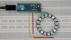Μικροϋπολογιστής Arduino που παίζει τα ζωηρόχρωμα αποτελέσματα σε ένα δαχτυλίδι 16 προσπελάσιμο RGB LEDs απόθεμα βίντεο