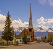 Μικρού χωριού εκκλησία στα βουνά στοκ φωτογραφίες