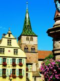 μικρού χωριού τετράγωνο με τα λουλούδια στοκ εικόνα με δικαίωμα ελεύθερης χρήσης