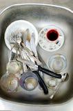 Μικροδουλειές, βρώμικα πιάτα στο νεροχύτη Στοκ Εικόνα