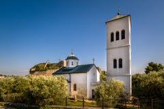 Μικρός άσπρος πύργος εκκλησιών και κουδουνιών στην πόλη Ulcinj, Μαυροβούνιο Στοκ Φωτογραφίες