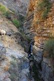 Μικρός καταρράκτης βουνών μεταξύ των πορτοκαλιών βράχων της Τιέν Σαν Στοκ φωτογραφία με δικαίωμα ελεύθερης χρήσης