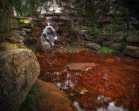 Μικρός καταρράκτης σε πέτρινο Grotto Στοκ εικόνες με δικαίωμα ελεύθερης χρήσης