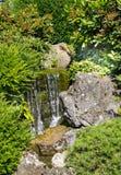 Μικρός καταρράκτης στον ιαπωνικό κήπο Στοκ εικόνες με δικαίωμα ελεύθερης χρήσης