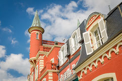 Μικρός κόκκινος πύργος στο κτήριο με τα άσπρα παραθυρόφυλλα στοκ φωτογραφίες με δικαίωμα ελεύθερης χρήσης