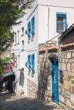 Μικρός Λευκός Οίκος με τα μπλε παράθυρα Οι στενές οδοί Bodrum Εγχώριοι κάτοικοι Μπλε διακοσμήσεις και αρχιτεκτονικά στοιχεία Στοκ Εικόνα