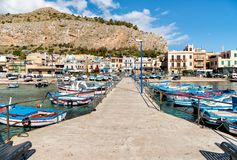 Μικρός λιμένας με τα αλιευτικά σκάφη στο κέντρο Mondello, Παλέρμο, Σικελία Στοκ Εικόνα