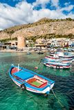 Μικρός λιμένας με τα αλιευτικά σκάφη στο κέντρο Mondello, Παλέρμο, Σικελία Στοκ εικόνα με δικαίωμα ελεύθερης χρήσης