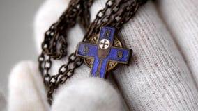 Μικρός μπλε χριστιανικός σταυρός απόθεμα βίντεο
