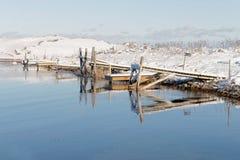 Μικρός οι γέφυρες απεικονίζοντας στο νερό στο χειμερινό archi Στοκ φωτογραφία με δικαίωμα ελεύθερης χρήσης