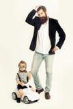 Μικρός οδηγός αγοριών ή πειραματικός και γενειοφόρος πατέρας Στοκ Φωτογραφία
