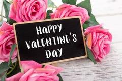 Μικρός πίνακας κιμωλίας για την ημέρα βαλεντίνων ` s ρόδινα τριαντάφυλλα ανασ&ka Στοκ Φωτογραφία