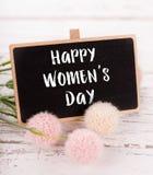 Μικρός πίνακας κιμωλίας για την ημέρα γυναικών ` s ρόδινα τριαντάφυλλα ανασ&ka Στοκ Εικόνες