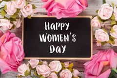 Μικρός πίνακας κιμωλίας για την ημέρα γυναικών ` s ρόδινα τριαντάφυλλα ανασ&ka Στοκ φωτογραφία με δικαίωμα ελεύθερης χρήσης