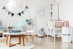Μικρός πίνακας στο δωμάτιο παιδιών στοκ φωτογραφία με δικαίωμα ελεύθερης χρήσης