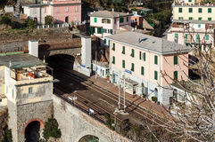 Μικρός περιφερειακός σταθμός τρένου, που βρίσκεται μεταξύ των βουνών, στην πόλη Riomaggiore στο εθνικό πάρκο Cinque Terre, την Ιτ Στοκ φωτογραφίες με δικαίωμα ελεύθερης χρήσης