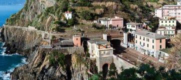 Μικρός περιφερειακός σταθμός τρένου, που βρίσκεται μεταξύ των βουνών, στην πόλη Riomaggiore στο εθνικό πάρκο Cinque Terre, την Ιτ Στοκ Φωτογραφία