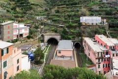 Μικρός περιφερειακός σταθμός τρένου, που βρίσκεται μεταξύ των βουνών, στην πόλη Riomaggiore στο εθνικό πάρκο Cinque Terre, την Ιτ Στοκ Εικόνες