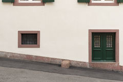 Μικρός πράσινος άσπρος τοίχος 2 πορτών Στοκ εικόνα με δικαίωμα ελεύθερης χρήσης