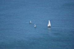 μικρός πριν από την απεραντοσύνη της θάλασσας Στοκ εικόνα με δικαίωμα ελεύθερης χρήσης
