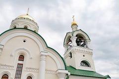 Μικρός πύργος κουδουνιών με ένα κουδούνι μιας Ορθόδοξης Εκκλησίας χωρών Στοκ φωτογραφία με δικαίωμα ελεύθερης χρήσης