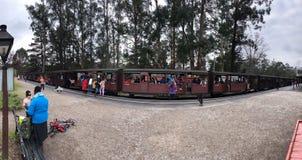 Μικρός σταθμός τρένου στον κόλπο Mordos, που περνά τα τραίνα, πολλοί άνθρωποι στοκ φωτογραφία