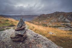 Μικρός σωρός των ισορροπημένων πετρών στο υποστήριγμα Ulriken Στοκ εικόνες με δικαίωμα ελεύθερης χρήσης