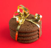 Μικρός σωρός των μπισκότων σοκολάτας που τυλίγονται με μια σγουρή κορδέλλα Στοκ φωτογραφία με δικαίωμα ελεύθερης χρήσης