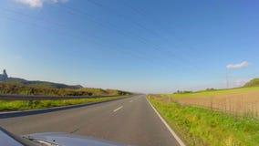 Μικρός του χωριού δρόμος αυτοκινήτων Timelapse οδηγώντας, μπλε ουρανός, θερινός γύρος απόθεμα βίντεο