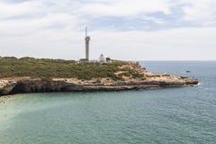 Μικρός φάρος στην ακτή του Αλγκάρβε στην Πορτογαλία Στοκ Εικόνα