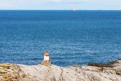 Μικρός φάρος στη δύσκολη ακτή Στοκ εικόνα με δικαίωμα ελεύθερης χρήσης