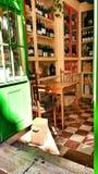 Μικρός χαρακτηριστικός φραγμός κρασιού στη Λισσαβώνα στοκ εικόνα με δικαίωμα ελεύθερης χρήσης