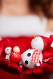Μικρός χιονάνθρωπος με το κόκκινο μαντίλι και καπέλο στα χέρια ενός προτύπου Στοκ Εικόνα