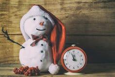 Μικρός χιονάνθρωπος στο ξύλινο γραφείο Στοκ Φωτογραφίες