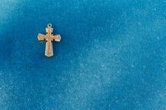 Μικρός χρυσός σταυρός πάγου Στοκ φωτογραφία με δικαίωμα ελεύθερης χρήσης