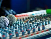 Μικρόφωνα στο soundmixer στο νυχτερινό κέντρο διασκέδασης Στοκ Φωτογραφία